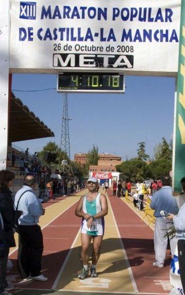 Llegando a meta en la maratón de Castilla-La Mancha