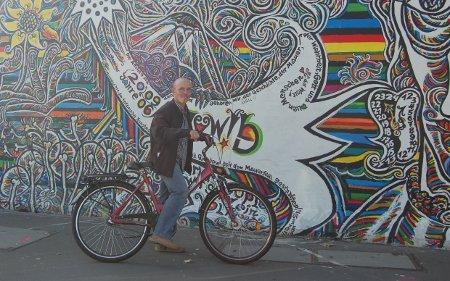 Ante el muro de Berlín
